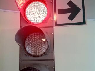Водителям могут разрешить поворот направо на красный сигнал светофора
