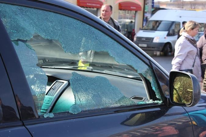 В Смоленске фонтан из теплотрассы повредил более десяти автомобилей